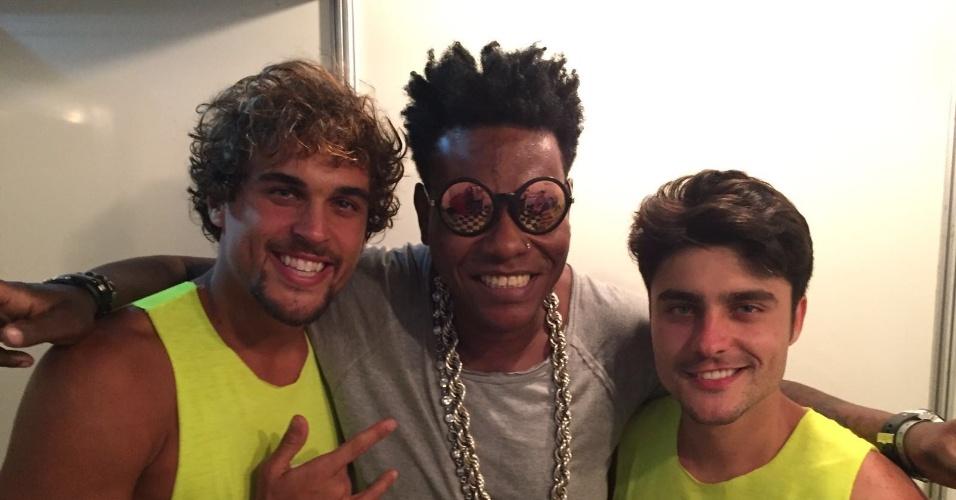 7.fev.2016 - Os atores Felipe Roque e Guilherme Leicam curtem o Carnaval de Salvador com MC Sapão