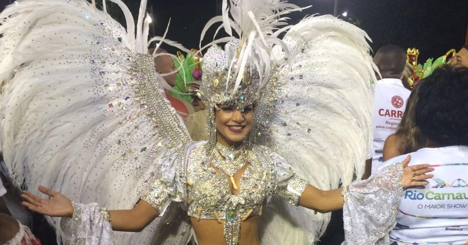 8.jan.2016 - Mari Antunes, vocalista do Babado Novo, deixou Salvador neste domingo para desfilar no Salgueiro como representante da paz