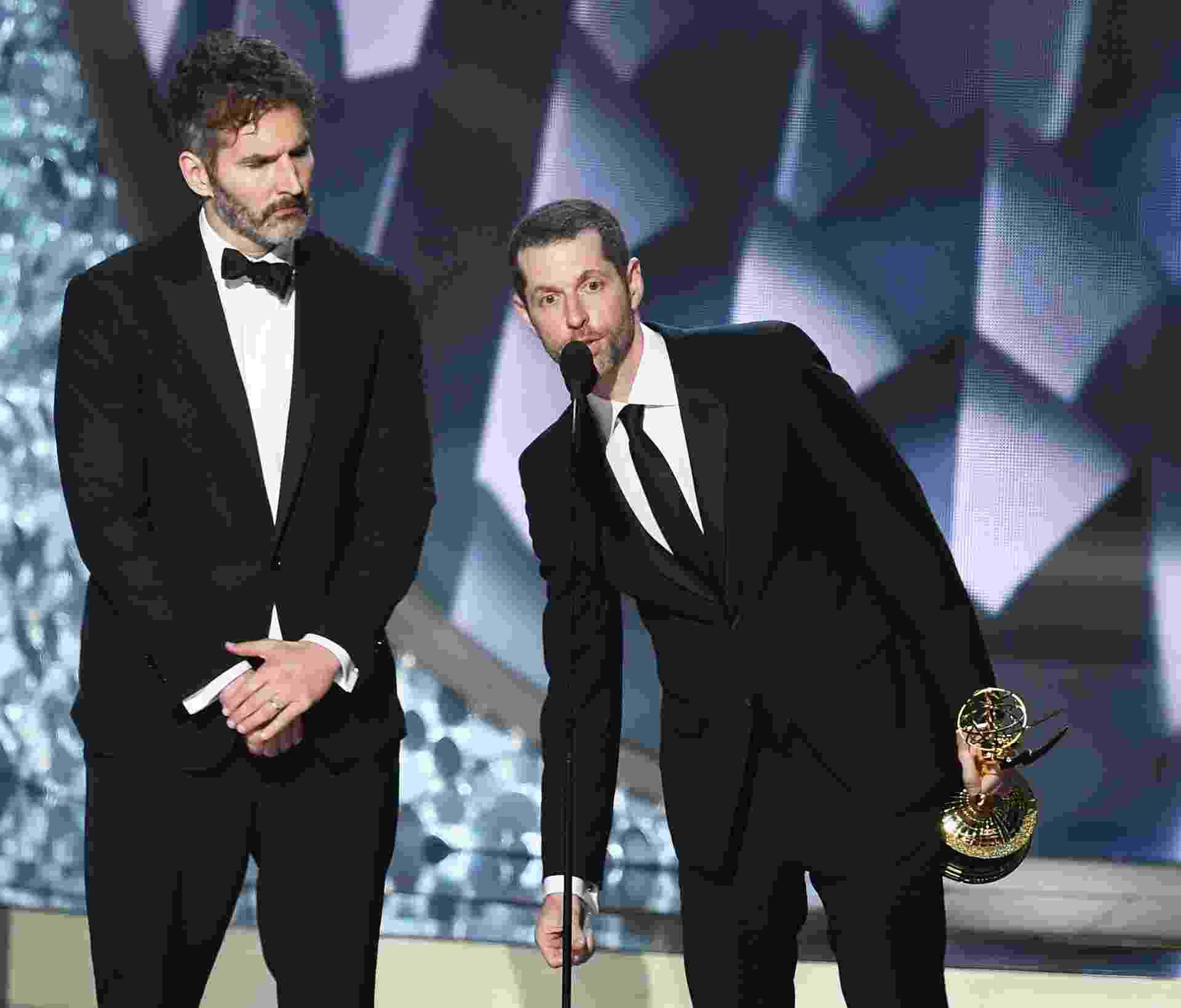 """18.set.2016 - David Benioff e D.B. Weiss, criadores de """"Game of Thrones"""", aceitam o prêmio de melhor roteiro em série dramática no Emmy 2016. Eles venceram pelo episódio """"Battle of the Bastards"""" - Kevin Winter/Getty Images"""