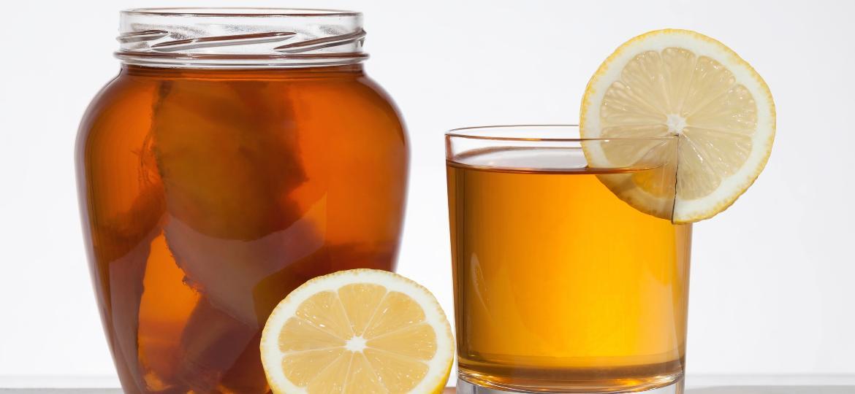 Jarra de kombucha com limão siciliano - iStock