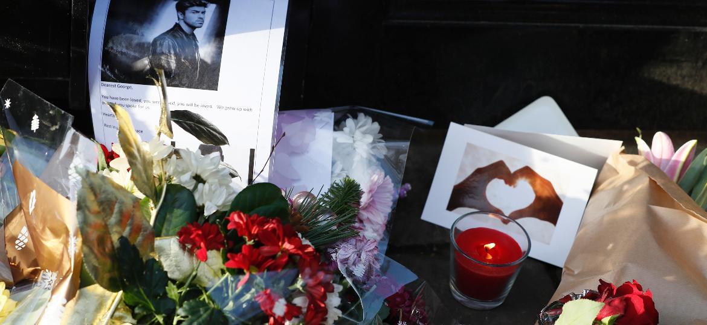 Fãs deixam flores, cartas e velas na porta da casa do cantor George Michael, em Londres - Neil Hall/Reuters