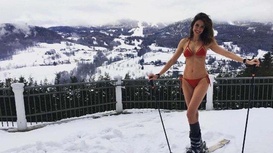 Lucia Gimenez posa de biquíni vermelho em meio à neve de Aspen, nos Estados Unidos