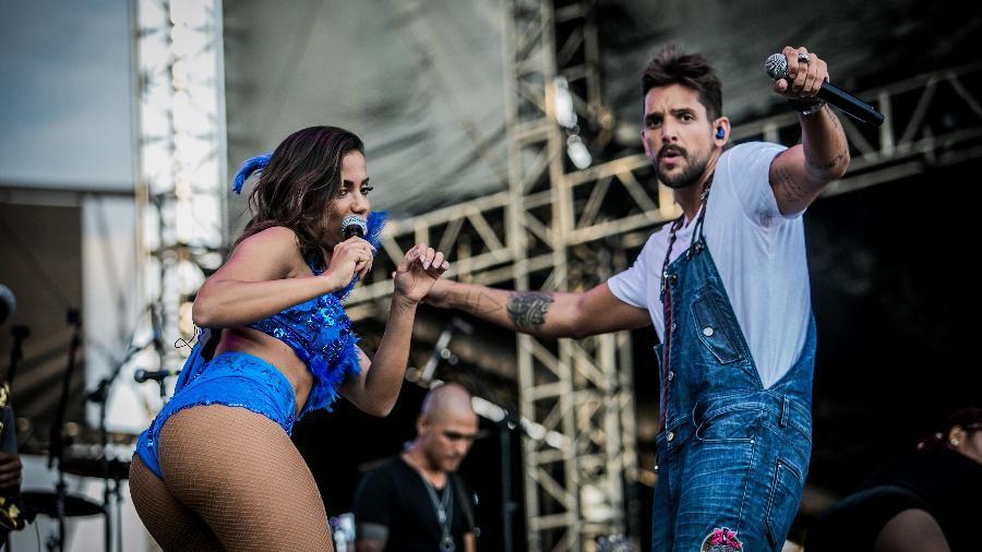Animada, Anitta canta com Felipe Pezzoni, vocalista da Banda Eva, no CarnaUOL - Bruno Santos/UOL