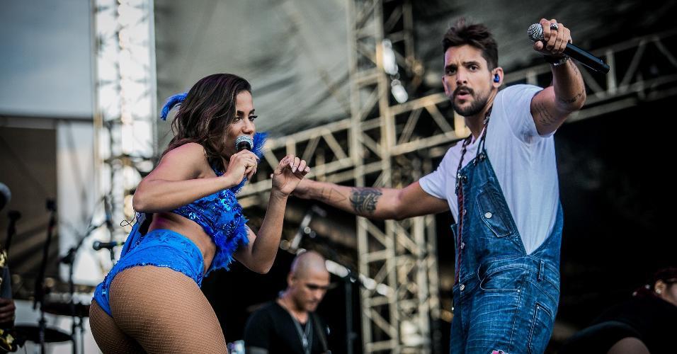 Animada, Anitta canta com Felipe Pezzoni, vocalista da Banda Eva, no CarnaUOL