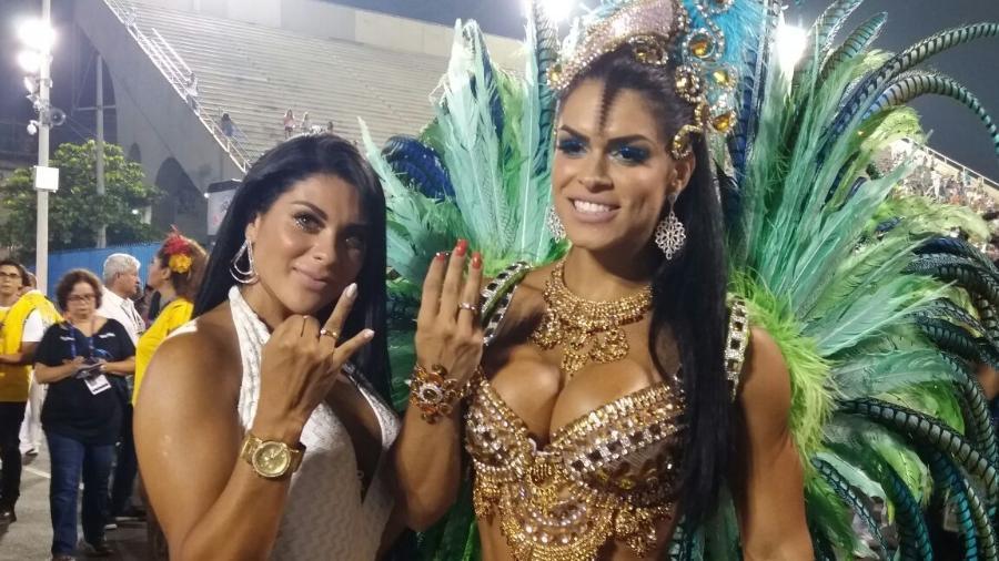 Luana Caetano (esq) e a musa da Rocinha Fran Petersen exibem aliança de noivado em 2017 - Ana Cora Lima/UOL