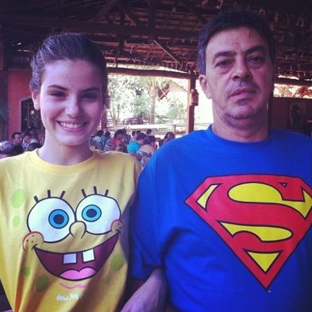 Camila Queiroz divulgou uma nota neste domingo (9) informando a morte do pai Sérgio - Reprodução/Instagram/@camilaqueiroz