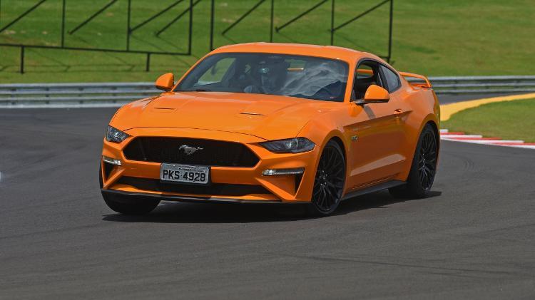 Nos EUA, o Mustang parte de US$ 26.670 (R$ 107,4 mil); aqui, é vendido só na versão GT por R$ 315,9 mil - Murilo Góes/UOL