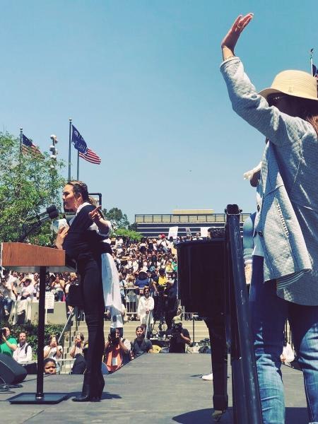 Chrissy Teigen leva seu filho a protesto contra políticas de imigração nos Estados Unidos - Reprodução/ Instagram