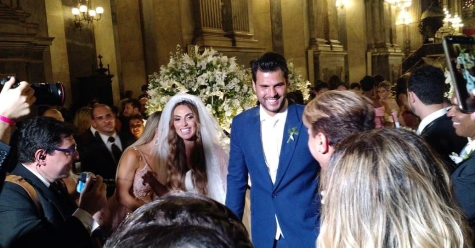 Enfim, casados! Nicole e Marcelo deixam igreja da Candelária