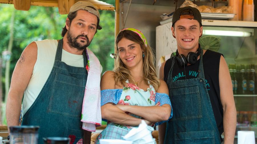 """Nicolau (Marcelo Serrado) e Afrodite(Carolina Dieckmann) são pais de Bebeto (Eduardo Speroni) em """"O sétimo guardião"""" - Estevam Avellar/Globo"""