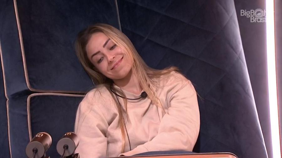 Paula brinca sobre estar acorrentada - Reprodução/GloboPlay