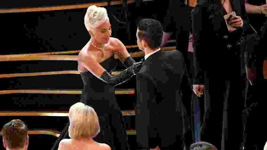Lady Gaga arruma gravata de Rami Malek durante cerimônia do Oscar 2019 - Getty Images