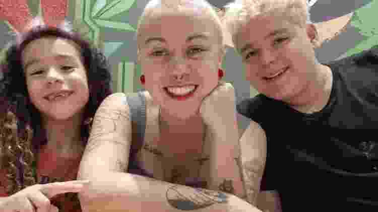 Carol (ao centro) decidiu trabalhar de casa para ficar perto de Chico (à esq.) e Lucca (à dir.) - Arquivo Pessoal