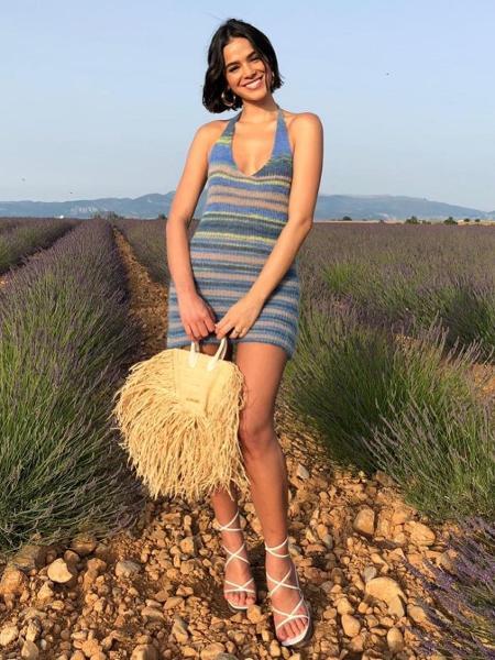 4665ab2d4 Bruna Marquezine usa bolsa de palha de R$ 7,3 mil em evento na França