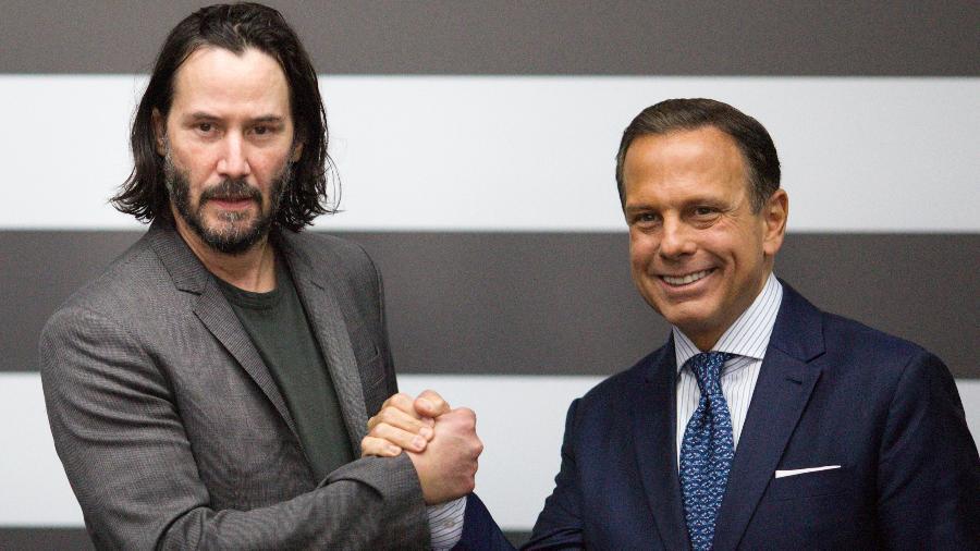 Keanu Reeves posa com o governador do estado de São Paulo, João Doria, em abril - Suamy Beydoun/Agif