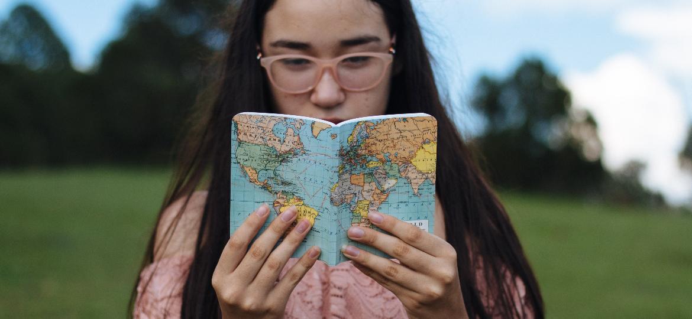 """Livros podem ser uma grande ajuda para """"viajar"""" em casa mesmo - Unsplash"""
