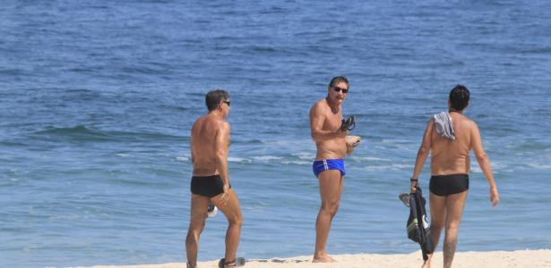 Renato Gaúcho passeia com amigos em praia do Rio durante a quarentena