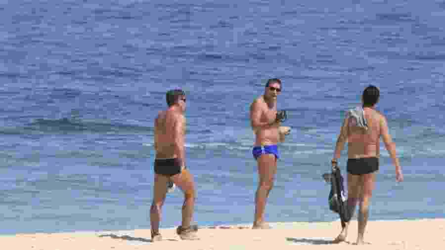 O treinador do Grêmio aparece de sunga, acompanhado de duas pessoas, durante passeio em Ipanema - AgNews