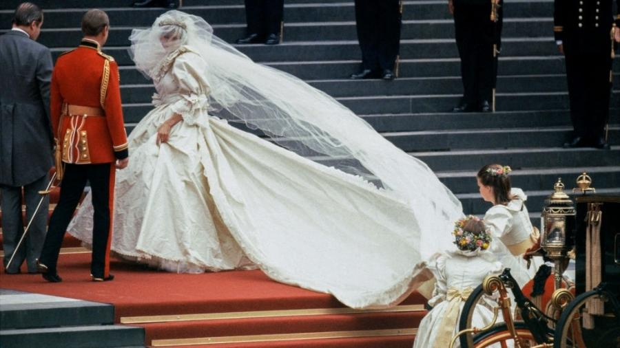 A cauda do vestido de casamento de Diana tinha mais de 7 metros de comprimento - David Levenson/Getty Images