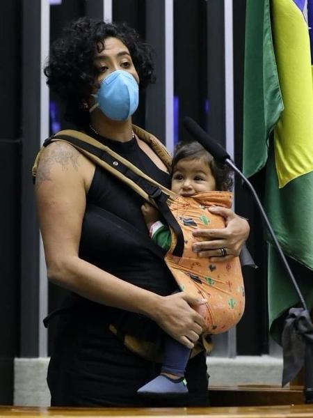 A deputada Talíria Petrone com a filha Moana discursando no plenário da Câmara sobre a privatização da Eletrobras - Reprodução/Instagram
