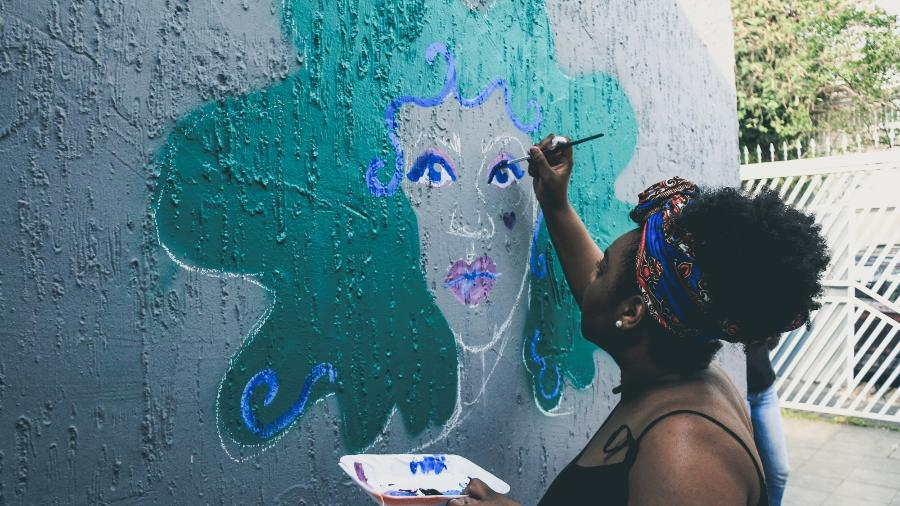 Designer Camilla Ribeiro começou a desenhar depois de encontrar caderno com desenhos da mãe - Ellen Melo