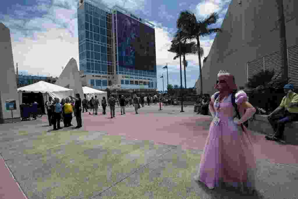 """O grande vilão de """"Star Wars"""", Darth Vader, se tornou uma verdadeira princesinha nas mãos de um cosplayer pelos arredores da Comic-Con 2015, em San Diego, nos Estados Unidos - David Maung/EFE/EPA"""