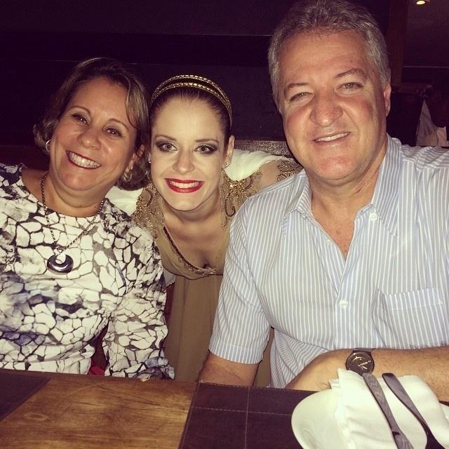 Ex-obesa, Luciana Soares da Costa, 28 anos, perdeu 38 kg após começar a fazer balé. Na foto, ela aparece com seus pais.