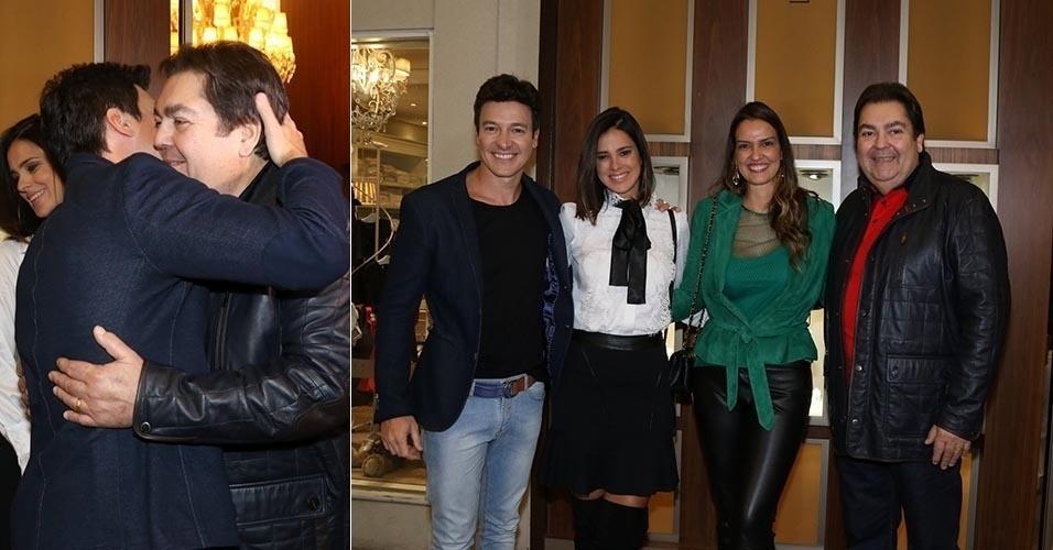20.ago.2015 - Faustão e Rodrigo Faro se encontram em lançamento de joias em São Paulo. Os apresentadores estavam acompanhados de suas mulheres, Vera Viel e Luciana Cardoso