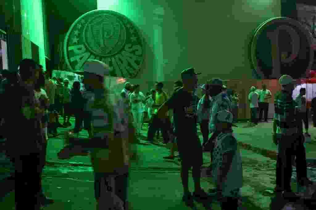31.out.2015 - A escola de samba Mancha Verde comemora 20 anos em festa na quadra da agremiação, em São Paulo - Junior Lago/UOL