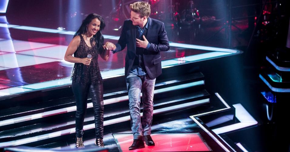 9.out.2015 - A cantora Paulynha Arrais na segunda noite de audições do programa The Voice Brasil segue com o técnico escolhido, Michel Teló
