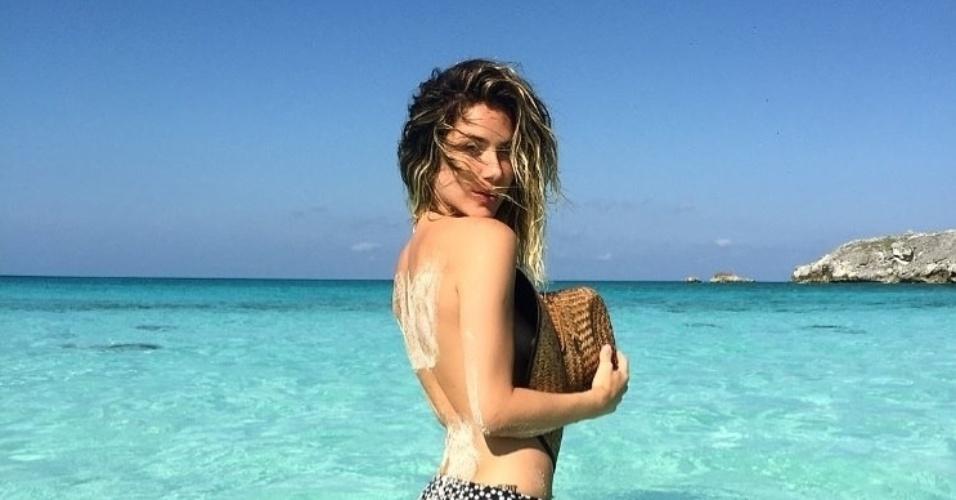 13.jan.2015 - De férias nas Bahamas com o marido Bruno Gagliasso, Giovanna Ewbank postou uma foto no seu Instagram em que aparece fazendo topless na praia.