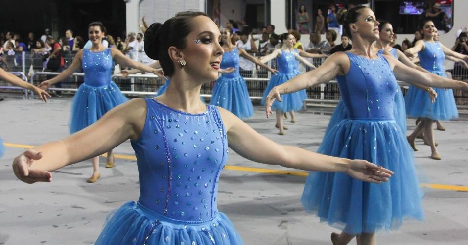 5.fev.2016 - Bailarinas da comissão de frente da Pérola Negra
