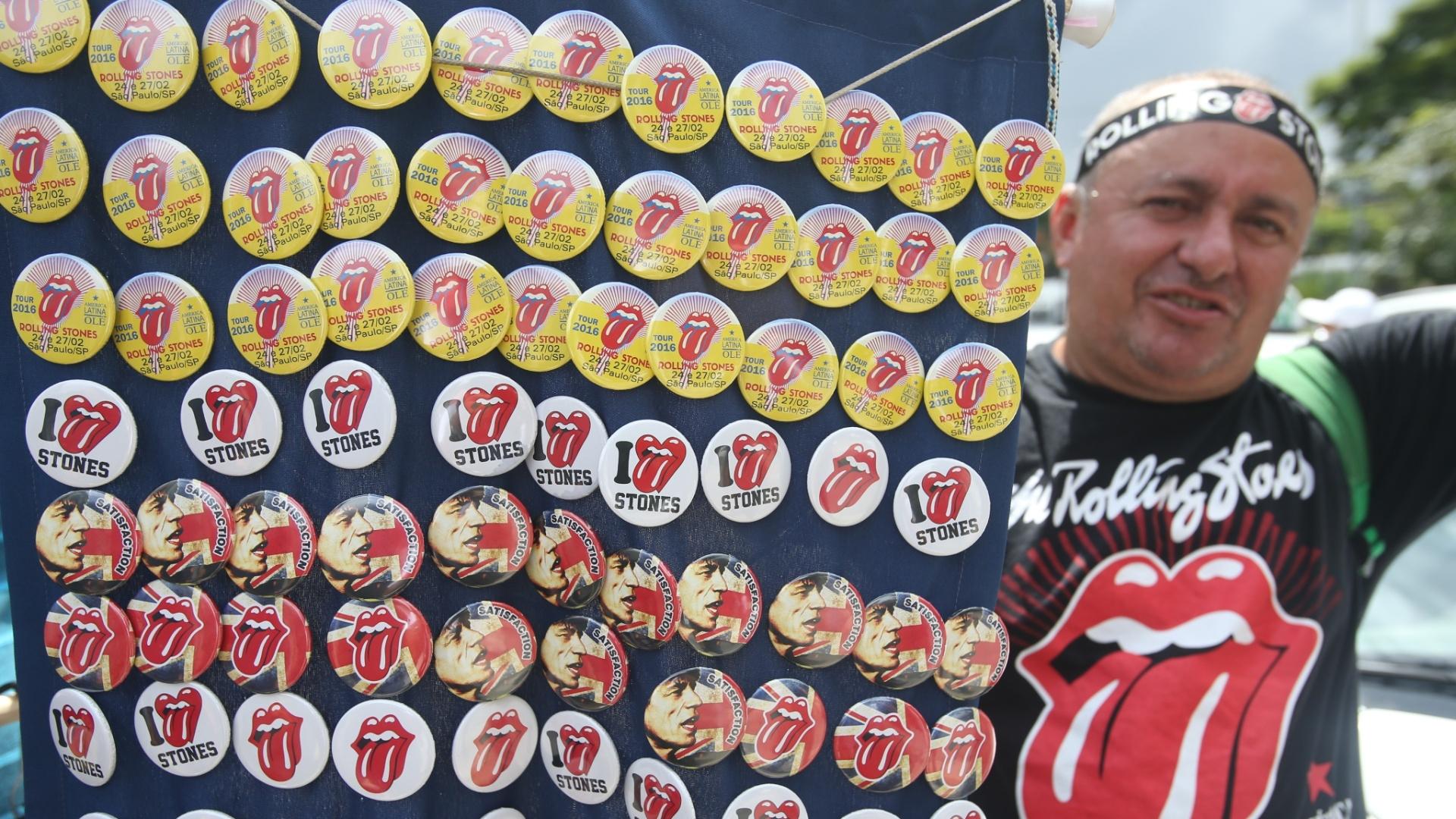 24.fev.2016 - Vendedor ambulante aproveita movimentação da fila para vender bótons dos Rolling Stones. A banda britânica se apresenta às 21h no estádio do Morumbi, em São Paulo.