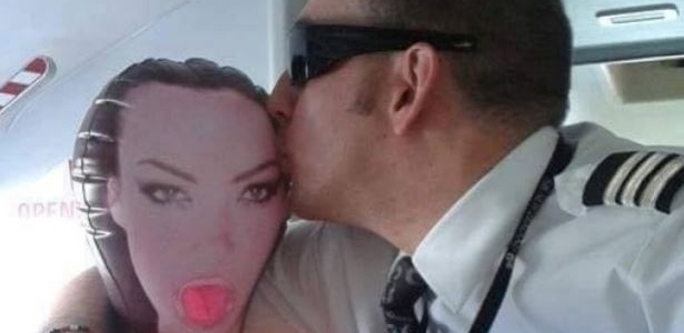 Imagem de piloto beijando um brinquedo erótico no avião circula pela internet - Reprodução/Facebook