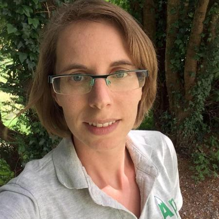 A personal trainer Helen Smith promove aulas de ginástica naturistas na Inglaterra - Reprodução Facebook