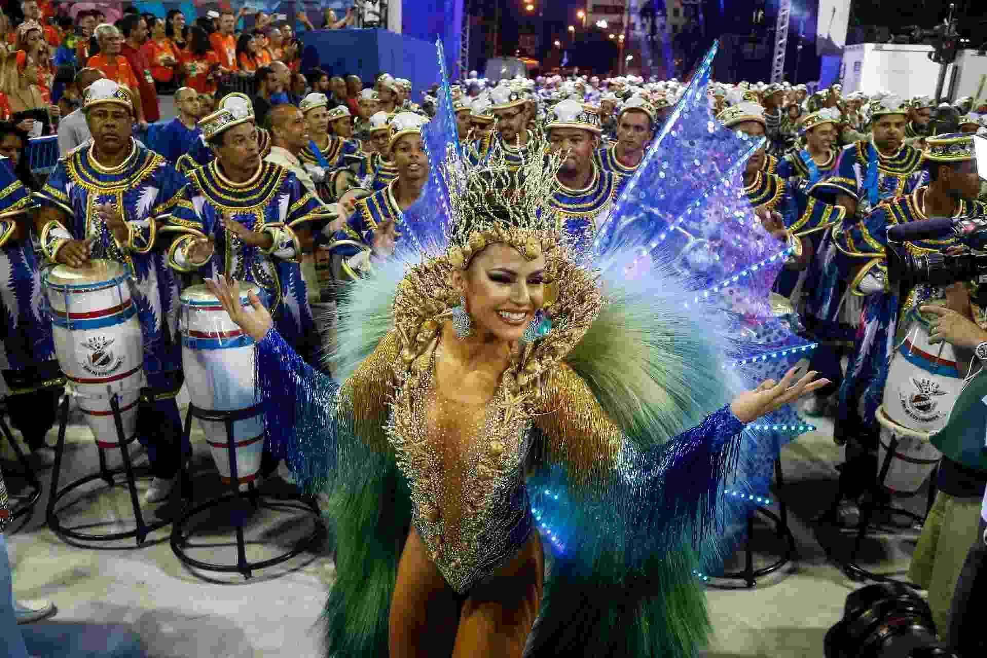 """Desfile da União da Ilha, que com o enredo """"Nzara Ndembu - Glória ao Senhor do Tempo"""" leva para a Sapucaí uma história da mitologia angolana pouco difundida no Brasil - Marco Antônio Teixeira/UOL"""