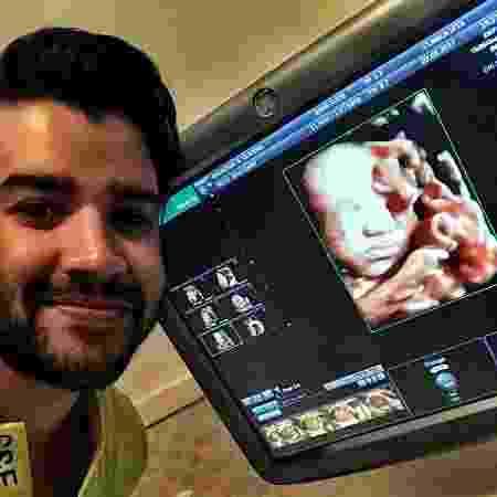 Gusttavo Lima publica foto ao lado do ultrassom do primeiro filho, Gabriel - Reprodução/Instagram/gusttavolima