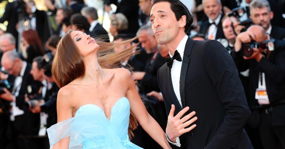 Adrien Brody e a mulher, Lara Lieto fazem pose para os fotógrafos ao passarem pelo tapete vermelho do Festival de Cannes