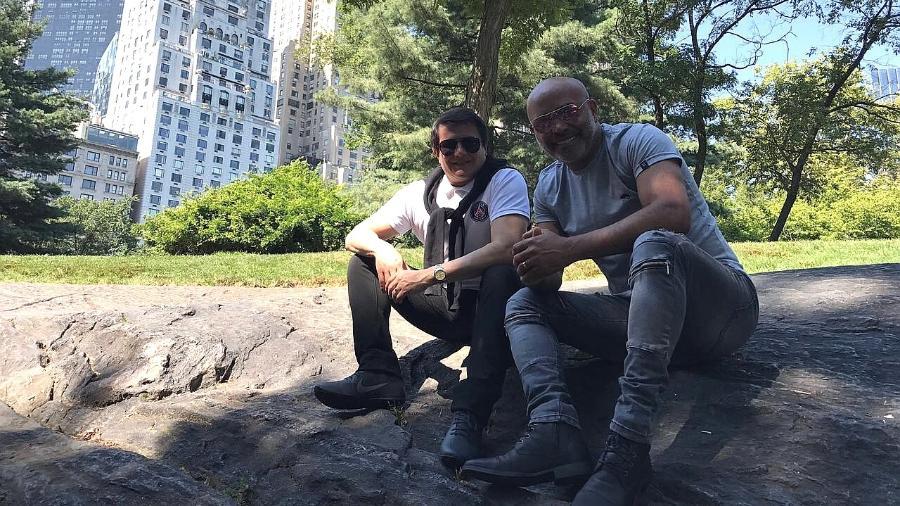 """Os cantores Giovani e Rick, que estão com o projeto """"Dois Corações"""", posam juntos no Central Park, em Nova York - Divulgação"""