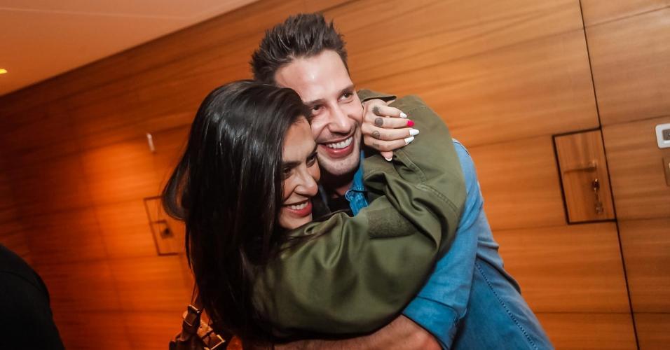 Cleo Pires se divertiu na festa do amigo Caio Fischer. A atriz chegou com Felipe Tito, mas evitou fotos do casal