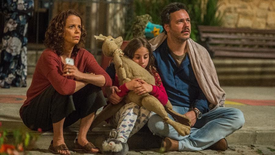 "Tereza (Dani Barros), Drica (Leandra Caetano) e Borges (Danton Mello) observam incêndio em ""Pega Pega"" - Raquel Cunha/TV Globo"