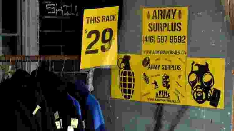 Está se preparando para um apocalipse zumbi Esta loja pode te oferecer máscaras, roupas especiais e outros acessórios de sobrevivência - Renê Castro