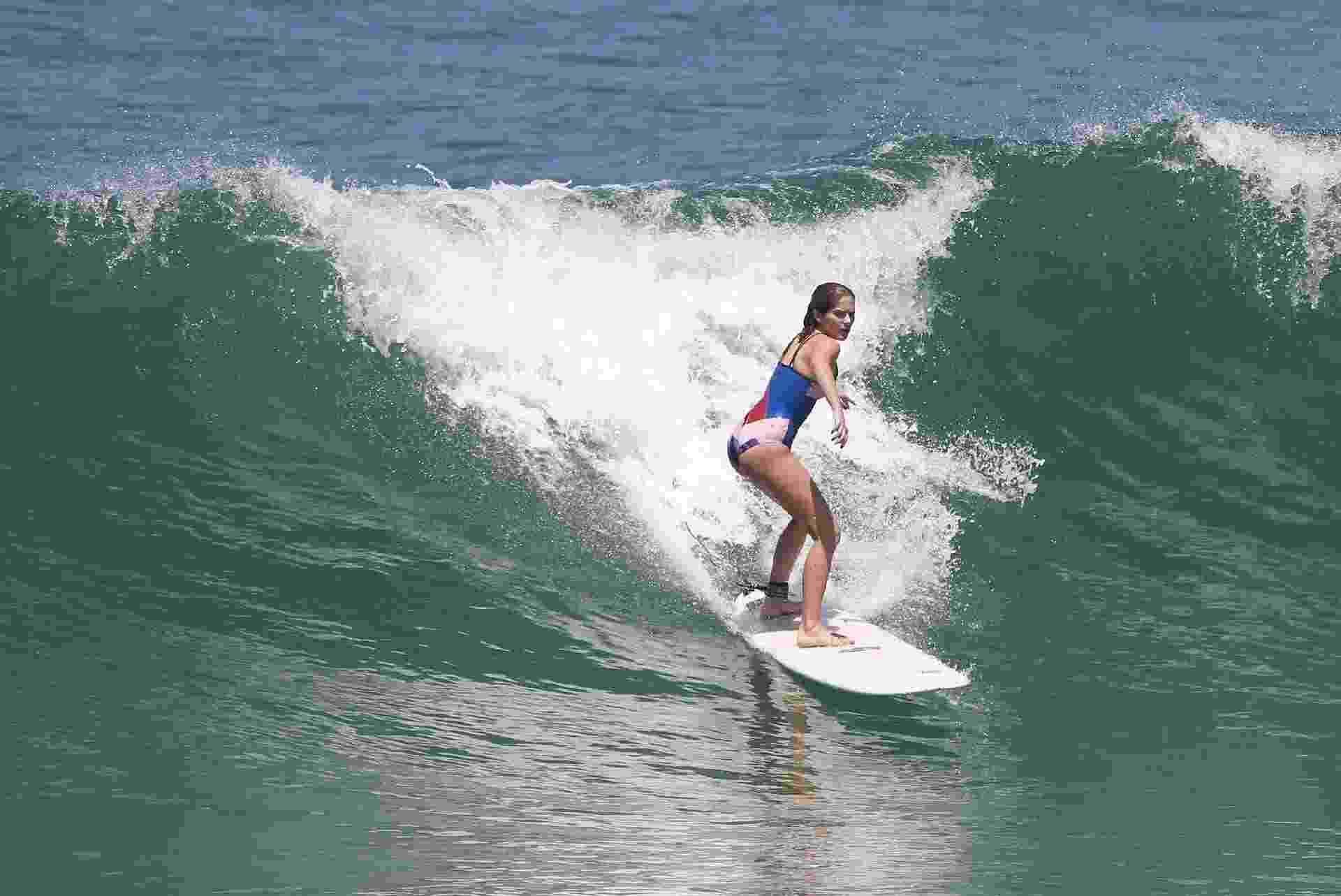 Parece que o surfe conquistou mesmo Isabella Santoni. Na tarde desta terça-feira (2), ela aproveitou o calor para praticar o esporte em uma das praias mais frequentadas pelos surfistas do Rio: a praia da Macumba. A atriz mostrou que já tem habilidade com a prancha - AgNews/Dilson Silva