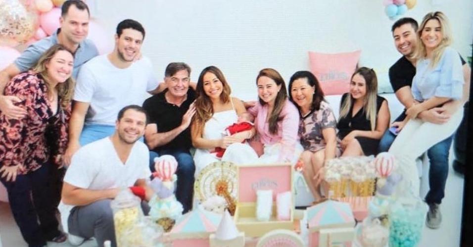 Sabrina Sato ao lado de familiares em maternidade