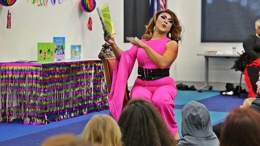 Eventos de leitura de livros por drag queens estão se deslocando de grandes metrópoles para incluir também, cidades rurais e conservadoras dos Estados Unidos. A reação tem sido mista - BBC