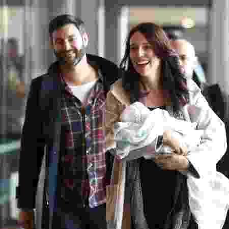 A primeira-ministra da Nova Zelândia, Jacinda Ardern, com o marido, Clarke Gayford, e a filha recém-nascida, Neve - Getty Images
