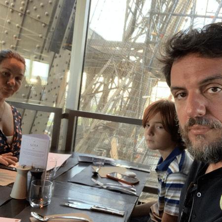 Rodrigo Lombardi com a mulher e o filho em um restaurante dentro da Torre Eiffel - Reprodução/Instagram