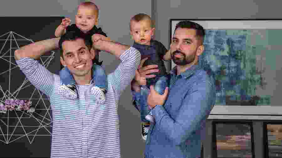 Cláudio e Fernando com os gêmeos Gabriel e Lucas, de nove meses - Bruna Prado/UOL