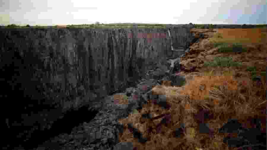 Em alguns pontos de seus 1.708 metros de extensão, as Cataratas Vitória praticamente secaram - Reuters