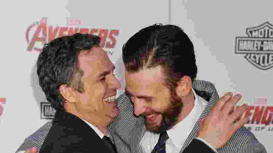 13.abr.2015 - Mark Ruffalo e Chris Evans - Jeffrey Mayer/WireImage